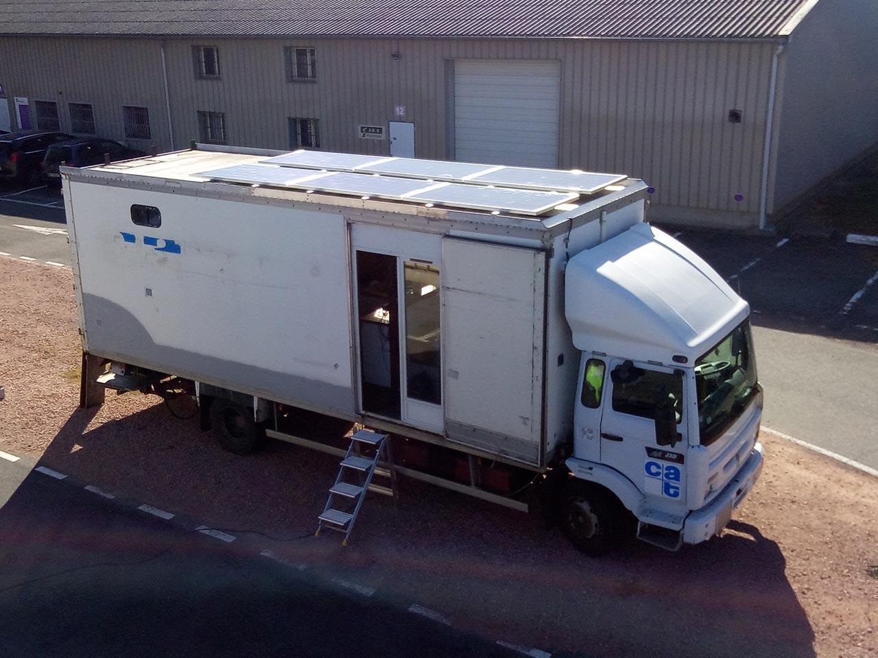 Aménagement d'un camion frigorifique à énergie solaire pour globetrotters