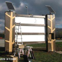 Alimentation d'une enseigne lumineuse en autonomie grâce à 2 panneaux solaires