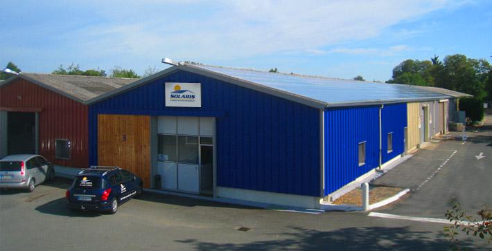 Installation solaire photovoltaïque sur les locaux de l'entreprise Solaris, au cœur de la zone artisanale de Trevoux, Ain (01)
