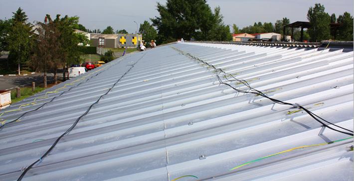 Préparation de la toiture, pose des armatures de la future centrale solaire photovoltaïque