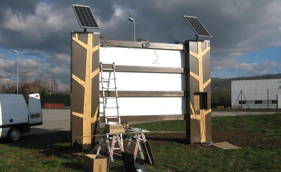 Enseigne lumineuse autonome alimentée par panneaux solaires à Rumilly (74, Haute-Savoie)