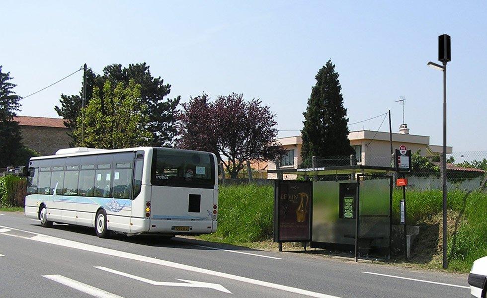 <p>Éclairage d'un arrêt de bus non raccordé au réseau EDF. <br />Hauteur : 5102mm<br />Puissance électrique : 16W<br />Flux lumineux : entre 260 et 1600 Lumen (selon la programmation)<br />Puissance panneau solaire : 64Wc</p>