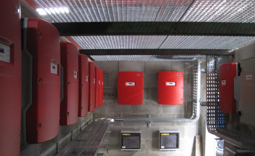 Installation des onduleurs de la centrale photovoltaïque du parc naturel du Pilat (42, Loire)