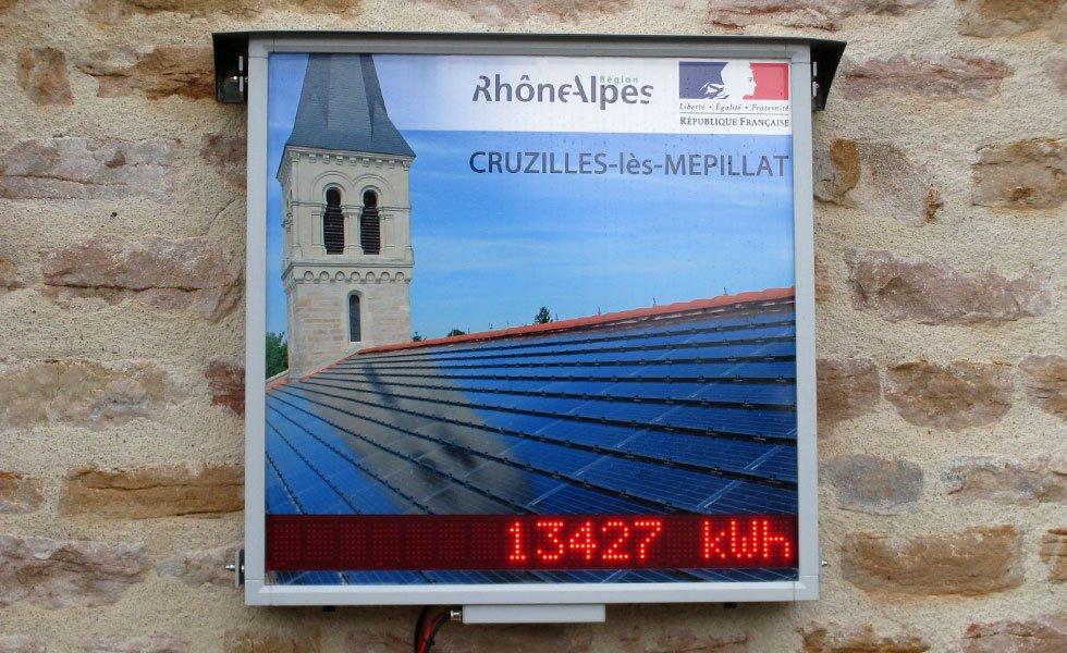 Panneau d'affichage de la centrale solaire de Cruzilles-lès-Mepillat (01, Ain)