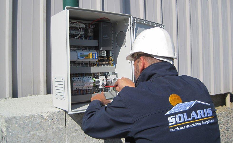 <p>Visite technique sur armoire d'installation solaire en site isolé. Paramétrage du régulateur enregistreur de données ENERPAC de TENESOL.</p>
