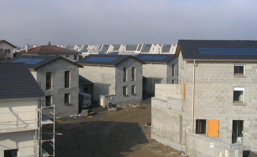<p>Installations de tuiles solaires IMERYS intégrées en toiture</p>