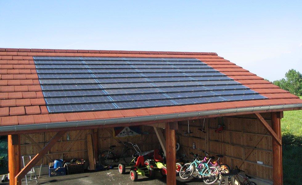 <p>Intégration de tuiles solaires IMERYS en toiture</p>