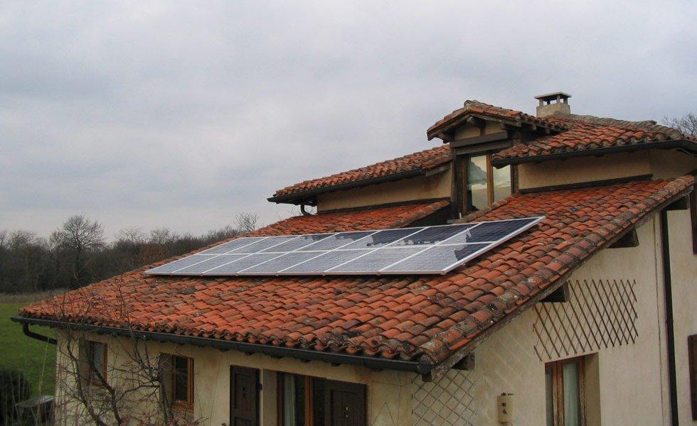 <p>Installation de panneaux solaires en surimposition toiture</p>