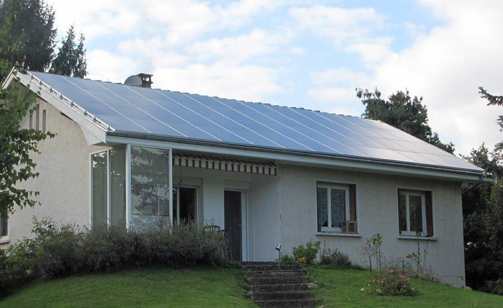 Toiture solaire intégrale installée à Vonnas (01, Ain)