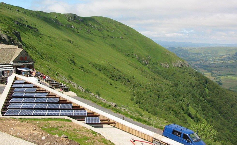 <p>Les panneaux solaires photovoltaïques et le parc batterie sont couplés à un groupe électrogène pour alimenter en énergie le refuge du Col pas de Peyrol. </p>