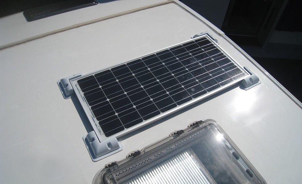 Installation d'un kit solaire de 85Wc sur le toit d'un camping-car.