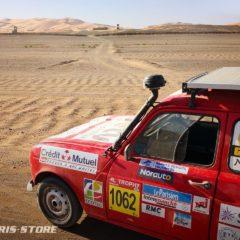 Panneau solaire embarqué sur une voiture Renault 4l Trophy dans le désert