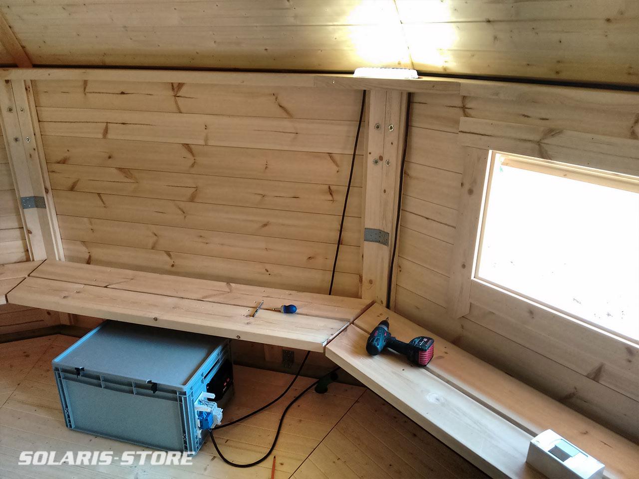 Installation de lampe solaire dans une cabane