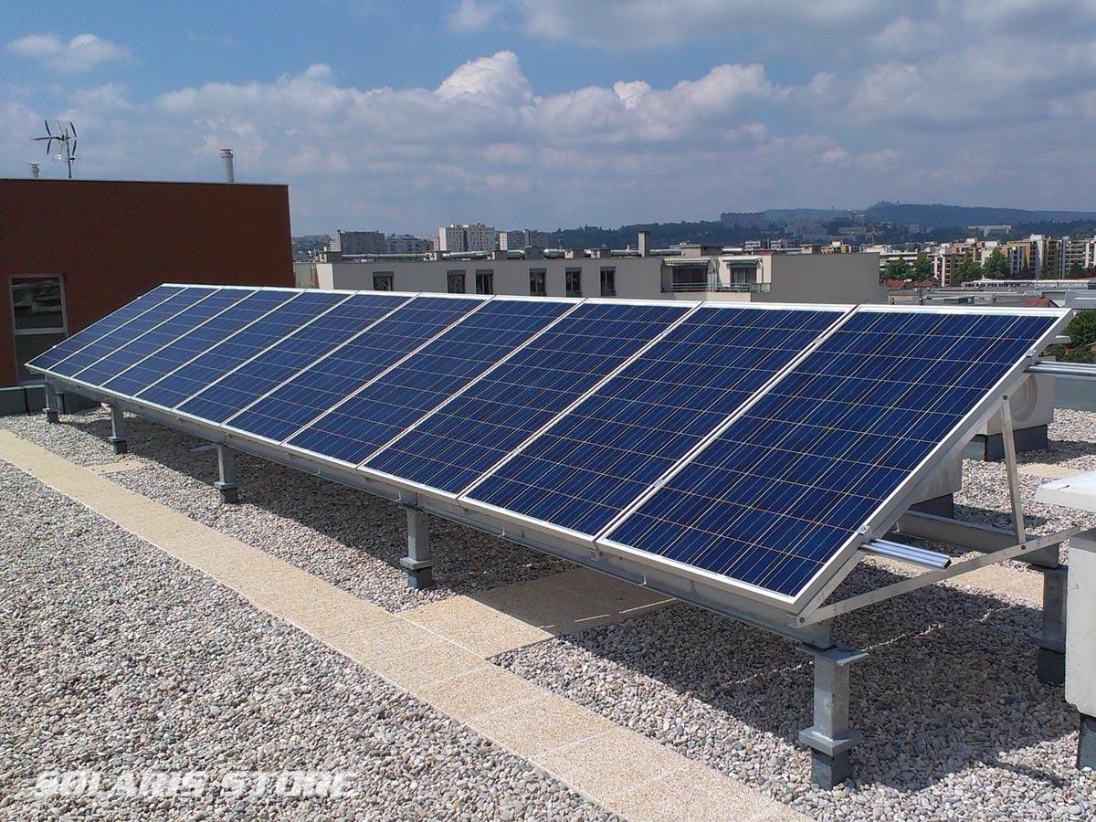 centrale panneaux solaires en autoconsommation sur le toit d'un immeuble à Lyon