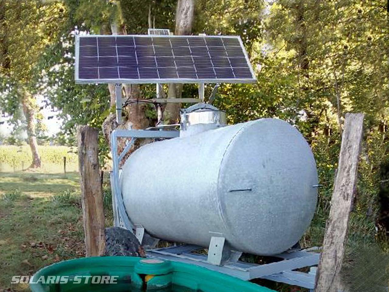 Citerne agricole à eau sur remorque équipé d'une pompe solaire photovoltaïque