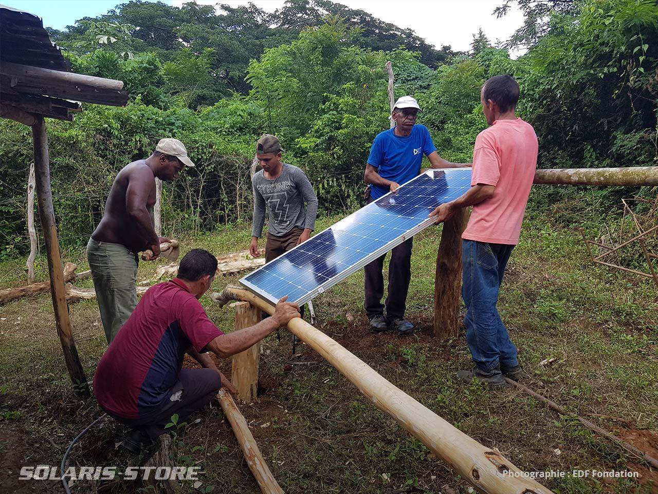 Pose des panneaux solaires photovoltaïque sur la structure bois