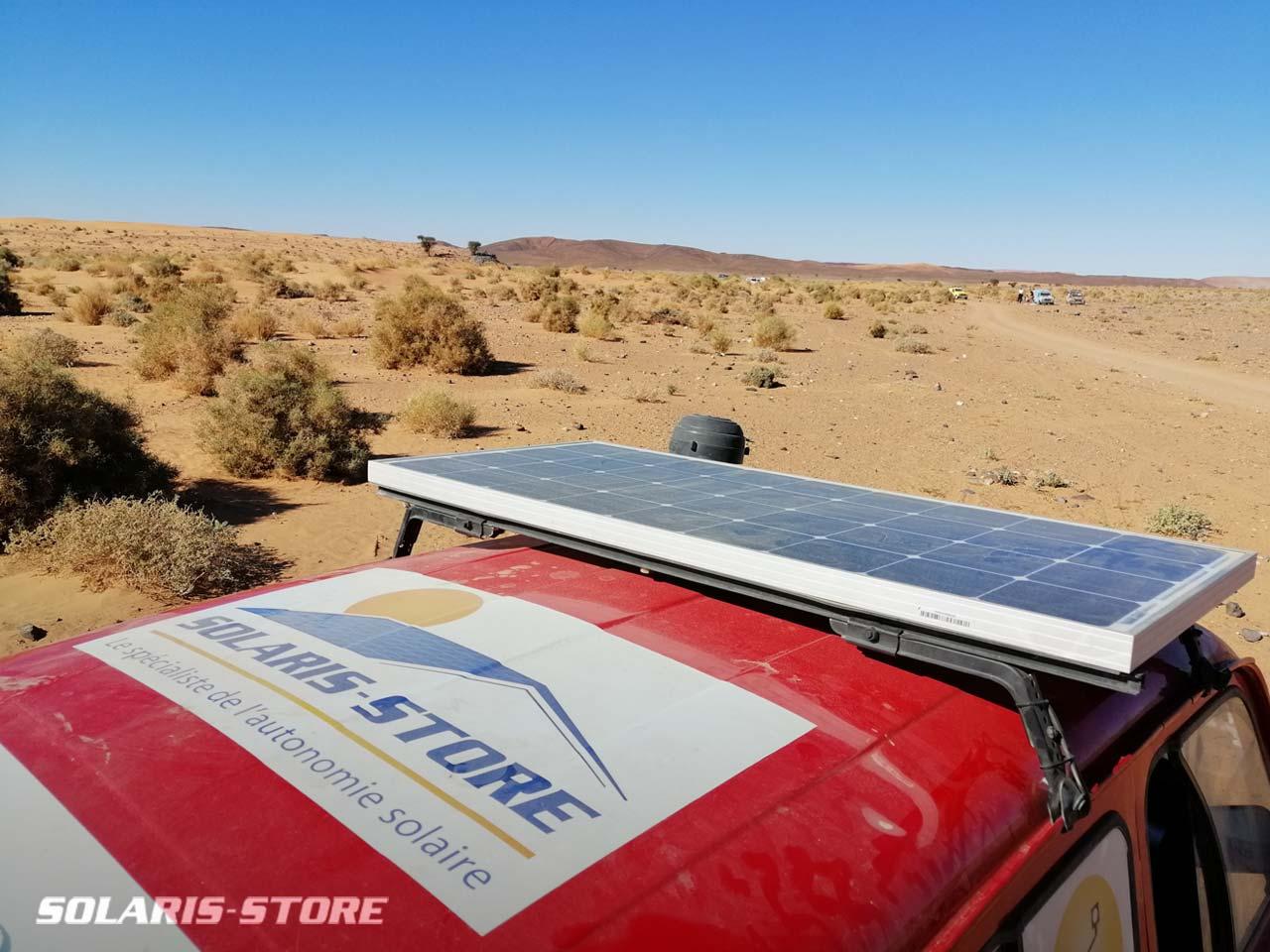 Panneau solaire fixé sur le toit de la voiture Renault 4L