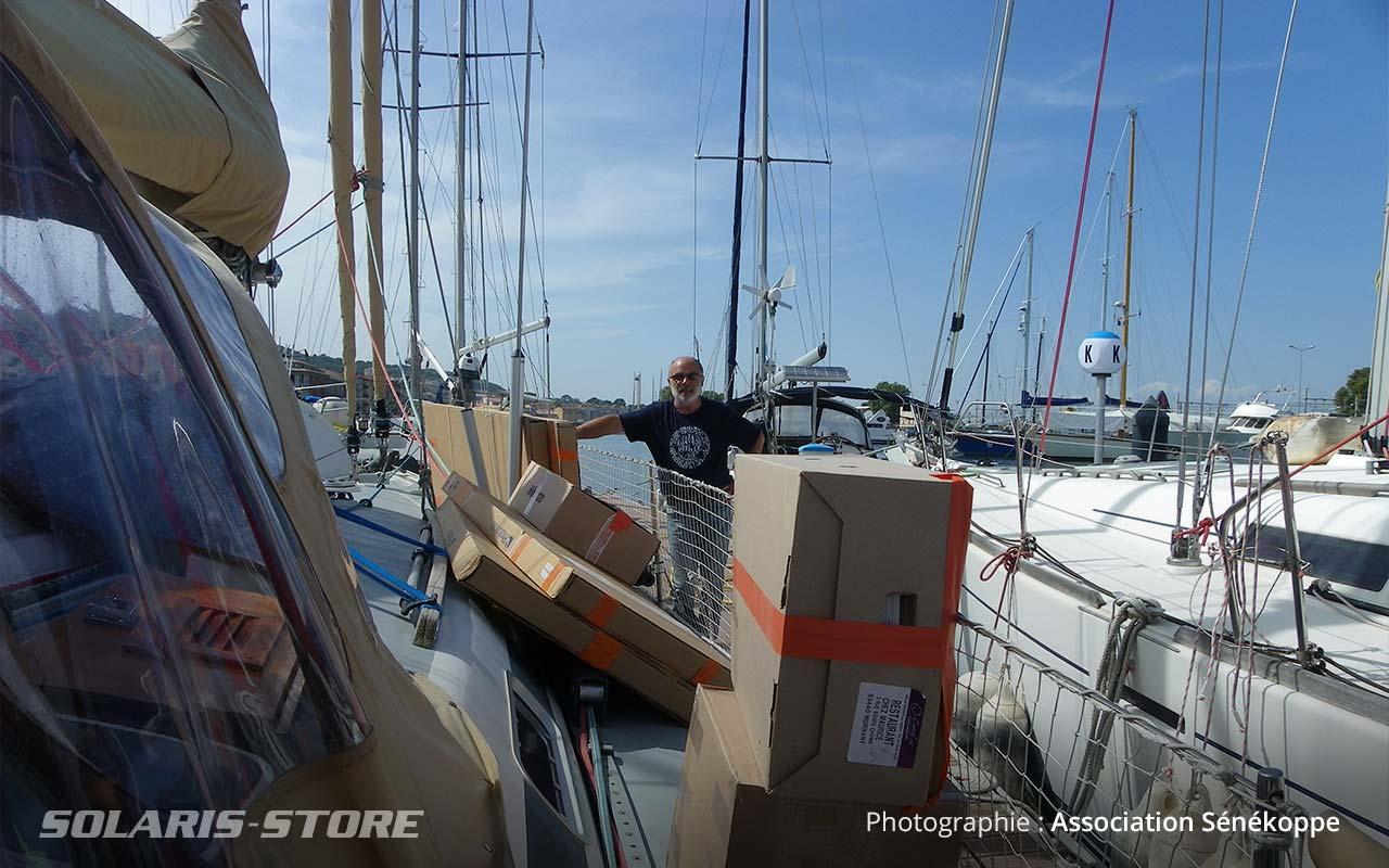 Embarquement du kit solaire sur un bateau de Voilier sans frontières : le Ka Ora
