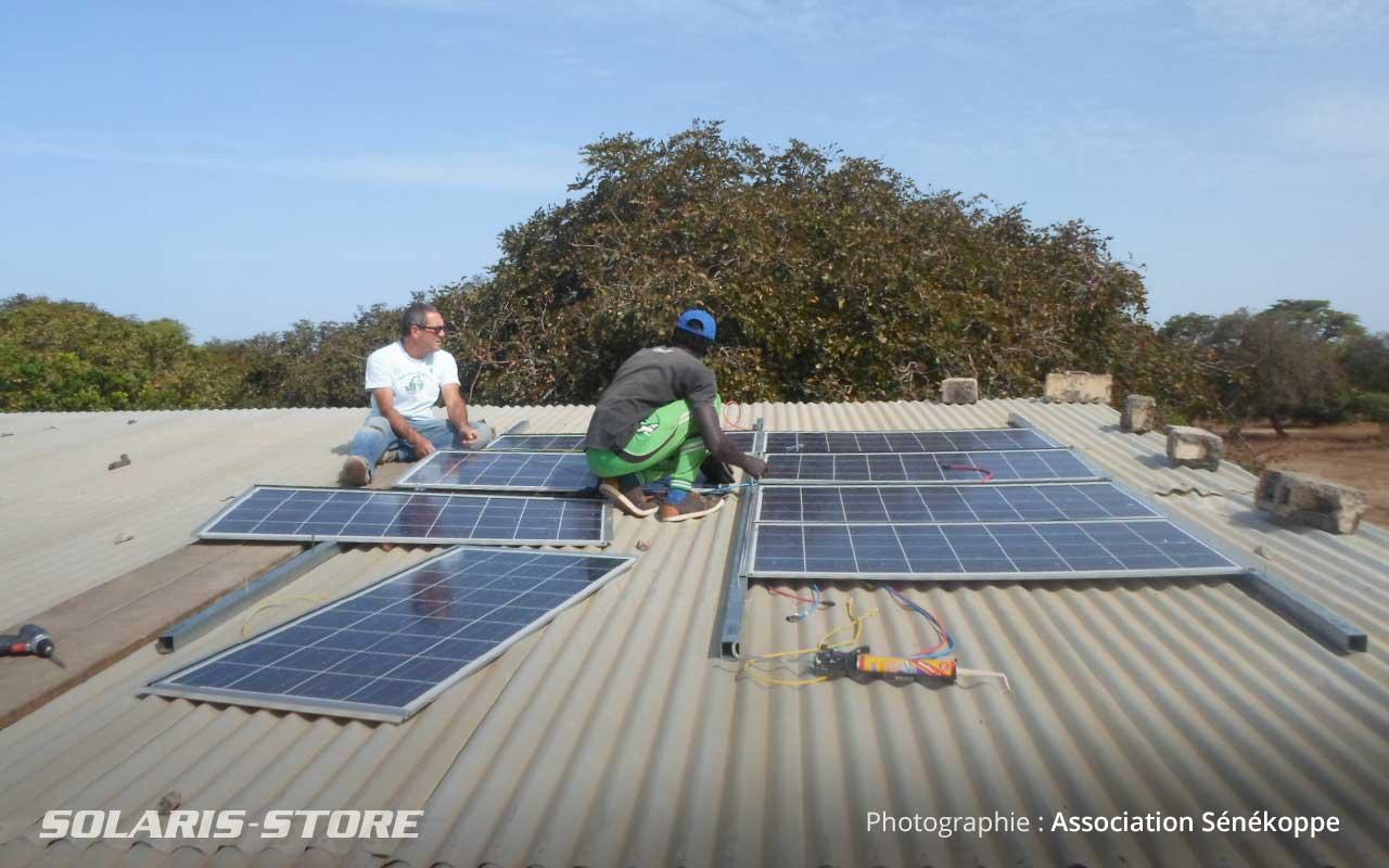 Fixation des panneaux photovoltaiques sur le toit du collège